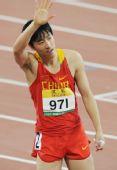 图文:刘翔首演13秒63晋级 比赛结束向观众挥手