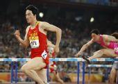 图文:刘翔首演13秒63晋级 比赛中手臂摆动特写