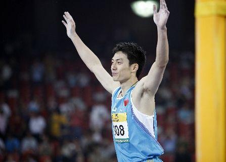 图文:首日男子撑杆跳决赛战况 冠军举手庆祝