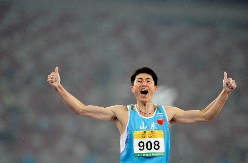 图文:首日男子撑杆跳决赛战况 刘飞亮振臂欢呼