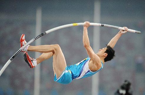 图文:首日男子撑杆跳决赛战况 持杆撑起瞬间
