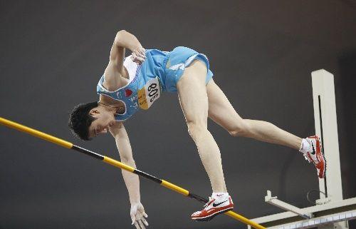 图文:首日男子撑杆跳决赛战况 空中姿态优美