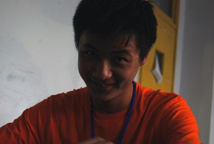 20岁的王天文是惟一还没找到亲人的学生