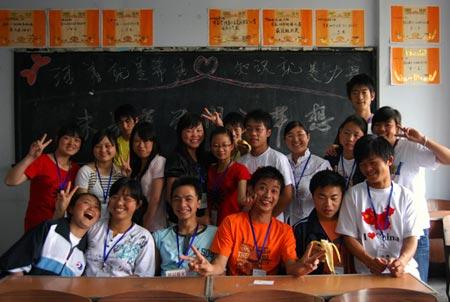 虽然只有18个同学但是他们依然有快乐的笑容