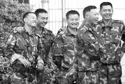 """图中右二即为""""大校队长""""李振波 快报特派记者 顾炜 摄"""