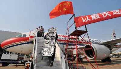 月22日,上海虹桥国际机场,工作人员正在改装东航A320客机,改装好的两架飞机将前往灾区接送伤员。早报记者许海峰实习生曹磊图