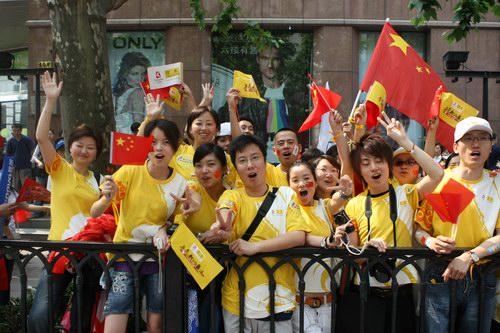 搜狐上海分公司员工现场助威圣火传递