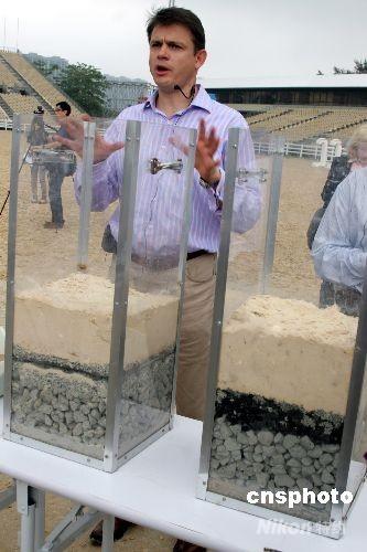 香港赛马会五月二十二日安排传媒参观位于沙田的奥运马术比赛主场地,这个被喻为全天候的场地由五个不同的分层结构组成,排水量达到每小时一百毫米。图为马会奥运建筑策划经理伟祖廉介绍场地的结构。 中新社发 黎金良 摄
