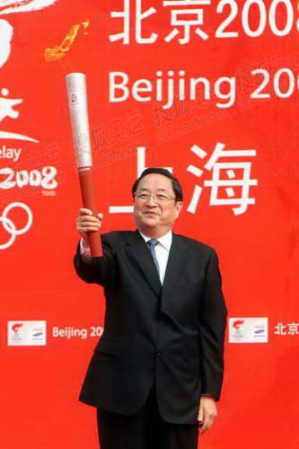 中共中央政治局委员、上海市委书记俞正声展示祥云火炬