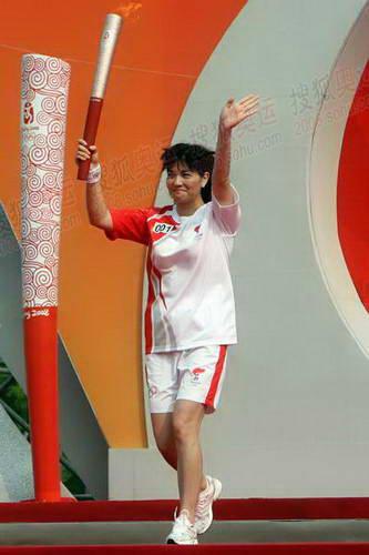 上海站第一天第一棒火炬手庄泳展示火炬
