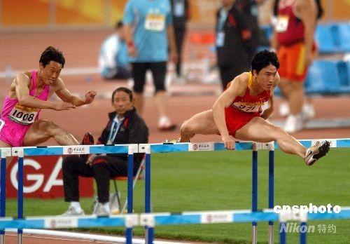 """2008年5月22日,好运北京2008中国田径公开赛将在国家体育场""""鸟巢""""如期举行。在晚上男子110米栏的第一轮比赛中刘翔亮相,并以13秒63的成绩进入下轮比赛。 中新社发 吴峻 摄"""