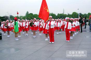 """2008年4月19日,江苏省暨无锡市""""知荣辱、树新风、我行动""""道德实践活动启动仪式在无锡市太湖广场举行。图为启动仪式现场鼓乐队。中国文明网 张青玲 摄"""