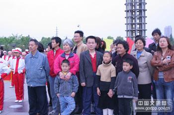 """2008年4月19日,江苏省暨无锡市""""知荣辱、树新风、我行动""""道德实践活动启动仪式在无锡市太湖广场举行。图为启动仪式现场的观众。中国文明网 张青玲 摄"""