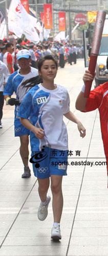 青春洋溢的美丽护跑手