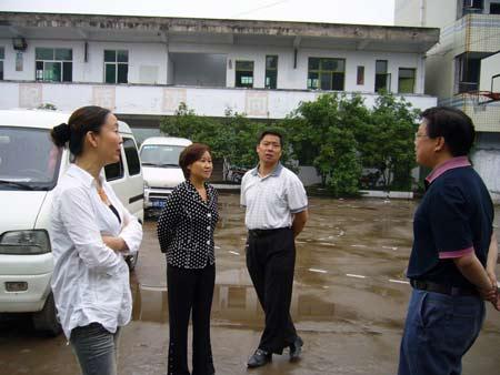 地震后市建设局、教育局、妇联检查房屋安全