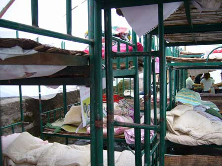 地震后学生临时宿舍工棚