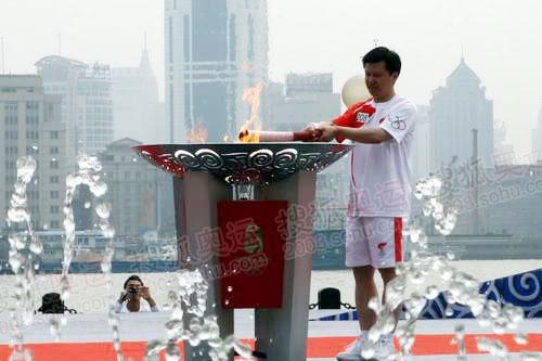最后一棒火炬手点燃圣火盆