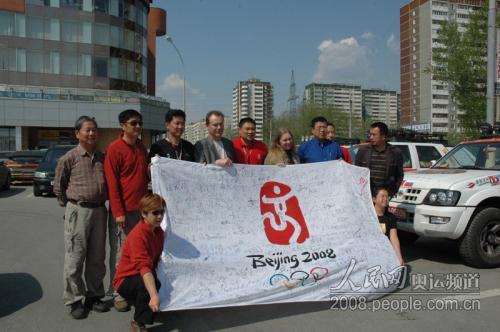 """""""龙行天下耀中华""""车队在驻地外广场展示奥运签名。摄影 庄红韬"""