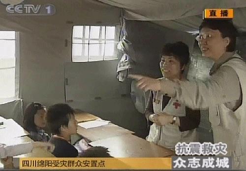 (电视截图)在四川绵阳受灾群众安置点,邓亚萍为孩子们做心理辅导