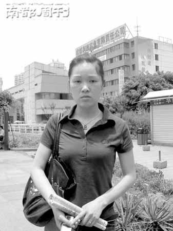 在四川焦急寻亲的李雪梅。 记者 陈鸣 摄