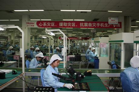"""图为海尔""""抗震救灾手机生产专线""""的员工正在加班加点为灾区群众生产手机"""