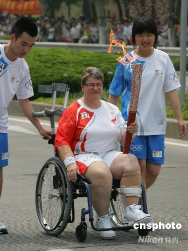 5月23日,北京奥运圣火在上海开始为期2天的传递。共有416名火炬手参加上海段的火炬传递活动,其中有44名外国人参加。中新社发汤彦俊 摄