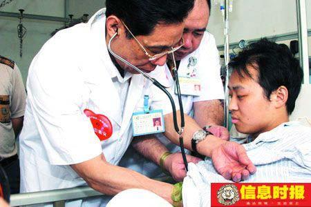 昨日,广州医学院附属第一医院,钟南山等专家组正在为地震伤员检查。实习生 叶伟报 摄