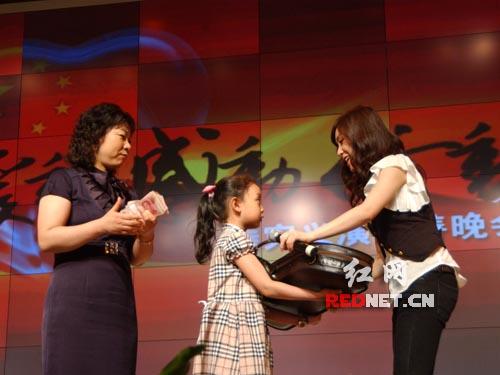 张力尹将自己从小拉起的小提琴捐出,为灾区筹款