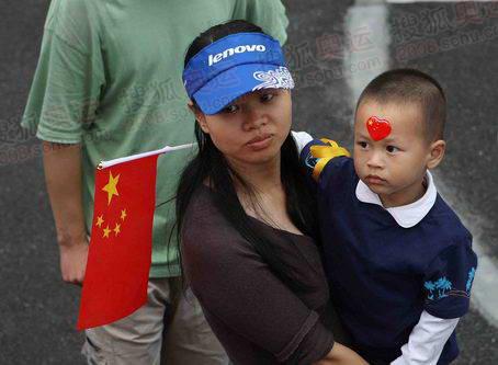 5月24日,奥运火炬在上海交通大学内传递