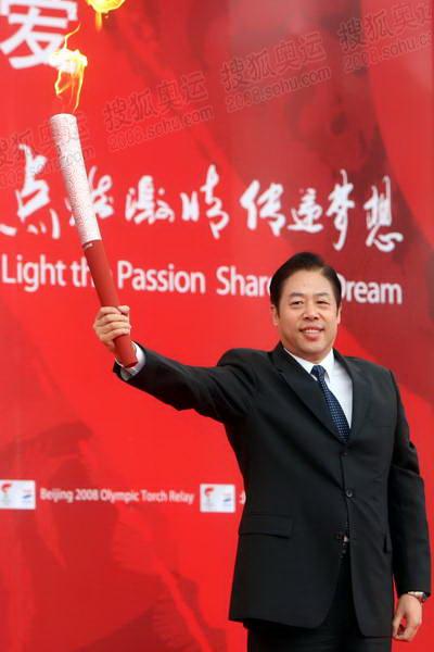 上海市委常委、政法委书记吴志明展示祥云火炬