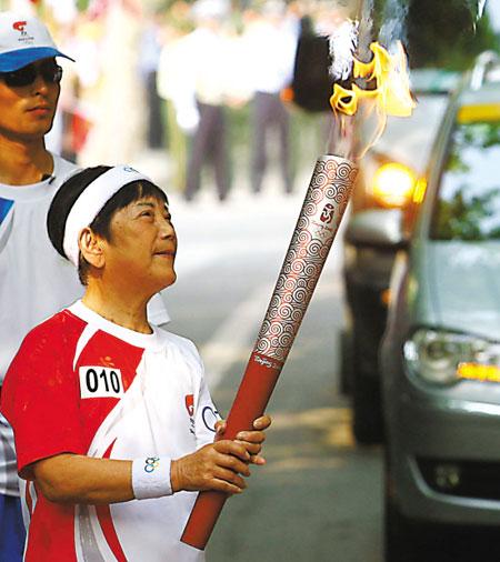 80岁老太卞月娥上海最高龄火炬手