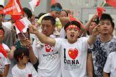 组图:奥运圣火传递上海站 热情市民欢迎圣火
