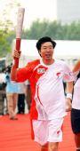 图文:奥运圣火继续在上海传递 火炬手朱建华