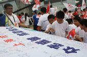 组图:上海站传递心系灾区 市民签名支持同胞