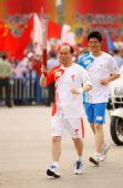 图文:奥运圣火继续在上海传递 火炬手陆善真