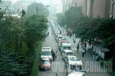108辆救护车排起长龙,首尾不相顾。