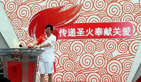 著名跳高运动员朱建华点燃圣火盆   奥运官网记者 李威摄