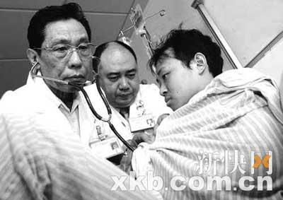 钟南山拿起听诊器为伤员听诊心脏。 新快报记者 李小萌/摄