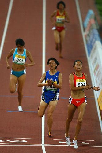 图文:女子3000米障碍赛朱艳梅夺冠 抵达终点