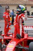 图文:[F1]摩纳哥站排位赛 马萨站在驾舱庆祝