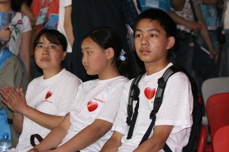从左至右依次是女教师任家玉、学生刘炳阳、傅丽颖