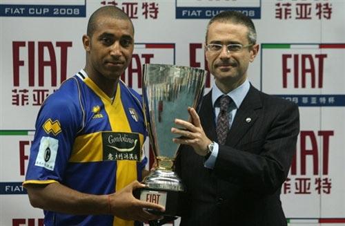 帕尔玛捧起冠军杯