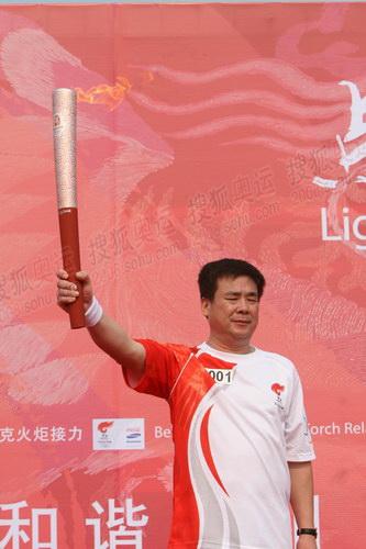 羽毛球世界冠军孙志安高擎奥运火炬