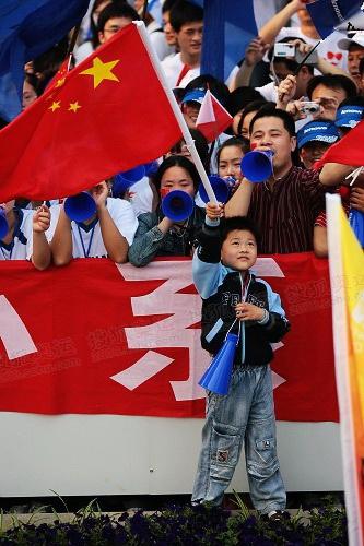手举国旗的小男孩