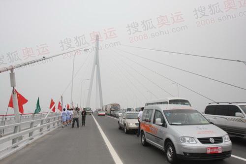 奥运火炬运行集体通过苏通大桥