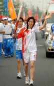图文:羽毛球奥运冠军葛菲传递南通最后一棒