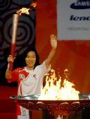 图文:南通圣火传递 羽毛球冠军葛菲点燃圣火盆
