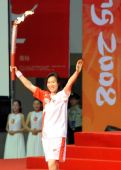 图文:羽毛球奥运冠军葛菲结束仪式现场致意