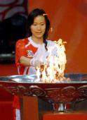 图文:圣火南通传递 最后一棒葛菲点燃圣火盆