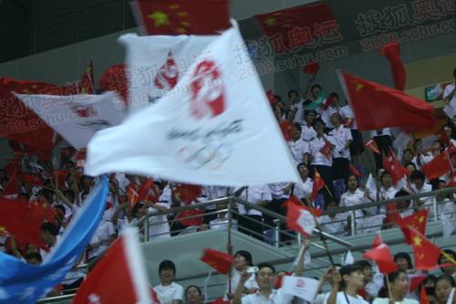 体育馆内,奥林匹克旗帜飘扬
